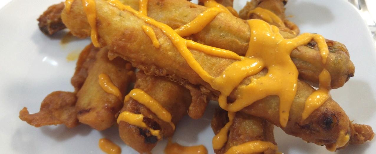 Calçots en tempura con salsa romesco
